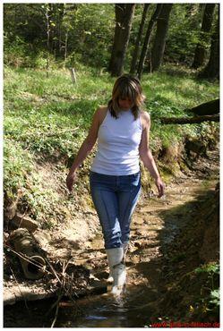 年轻美女踩泥>的照片